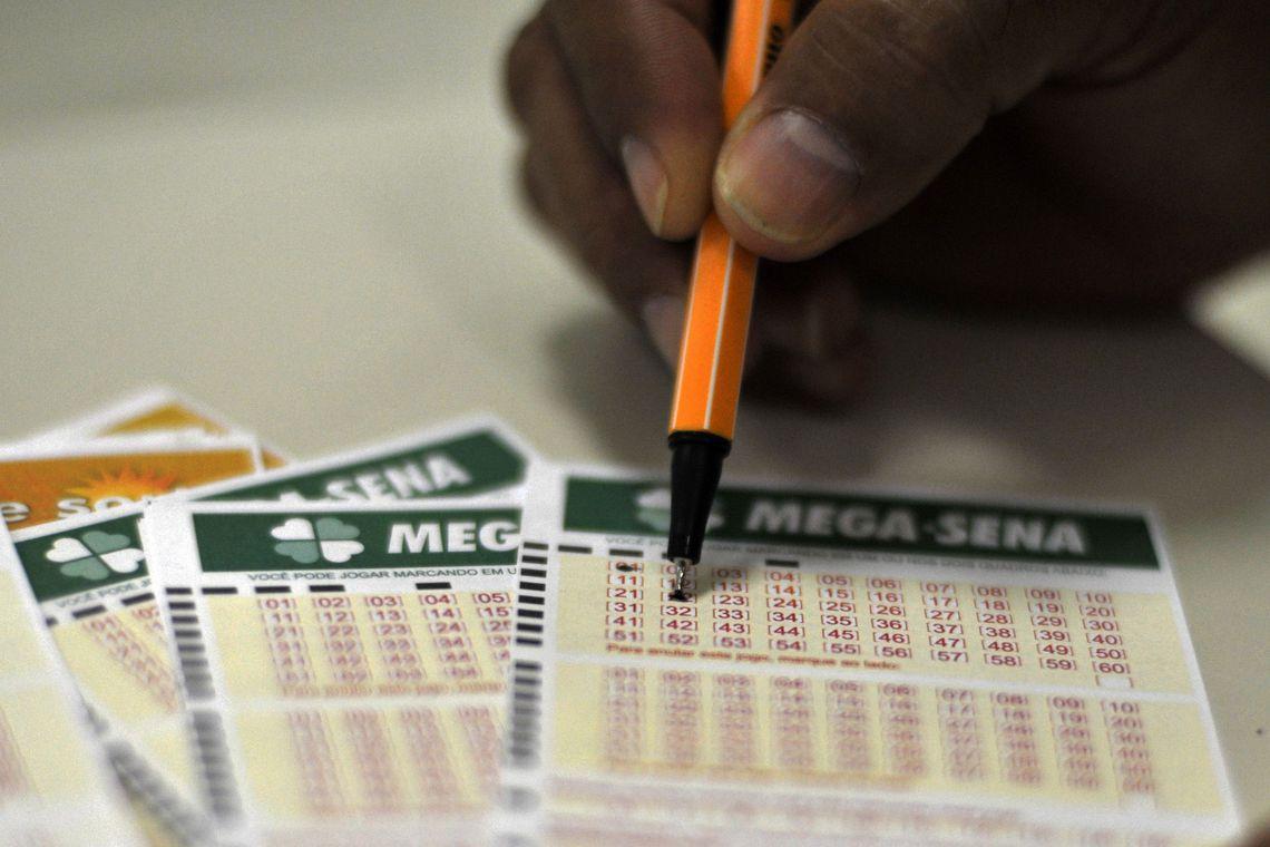 Ir para  <p>As dezenas do concurso 2.200, sorteadas nesta te&ccedil;a-feira (22), no Espa&ccedil;o Loterias Caixa, em S&atilde;o Paulo, foram as seguintes: 11 - 15 - 28 - 36 - 43 - 55.</p>  <p>A quina saiu para 52 apostas e...