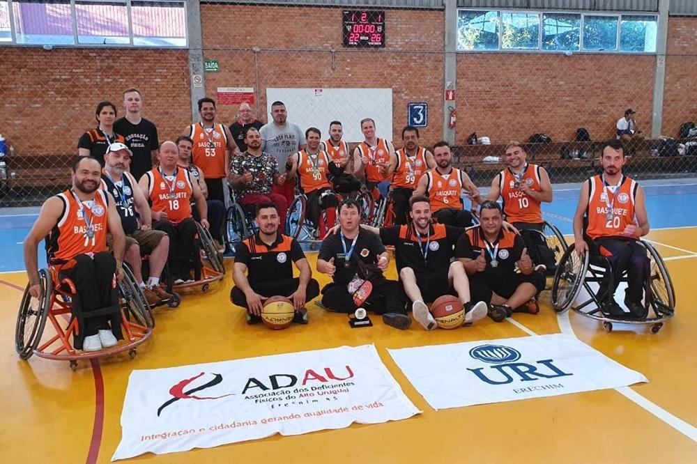Ir para  <p><big>&nbsp;A equipe de Basquete em Cadeira de Rodas (BCR) da ADAU/URI Erechim encerrou sua temporada 2019 como Vice-Campe&atilde; do Circuito e da 6&ordf; e &uacute;ltima etapa que foram os Jogos Abertos de Caxias...
