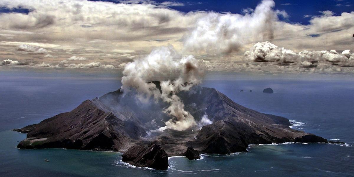 Ir para  <p>A erup&ccedil;&atilde;o do vulc&atilde;o White Island, Nova Zel&acirc;ndia, deixou cinco mortos e quase 20 feridos, anunciou a pol&iacute;cia nesta segunda-feira. &quot;Eles estavam entre aqueles que foram...