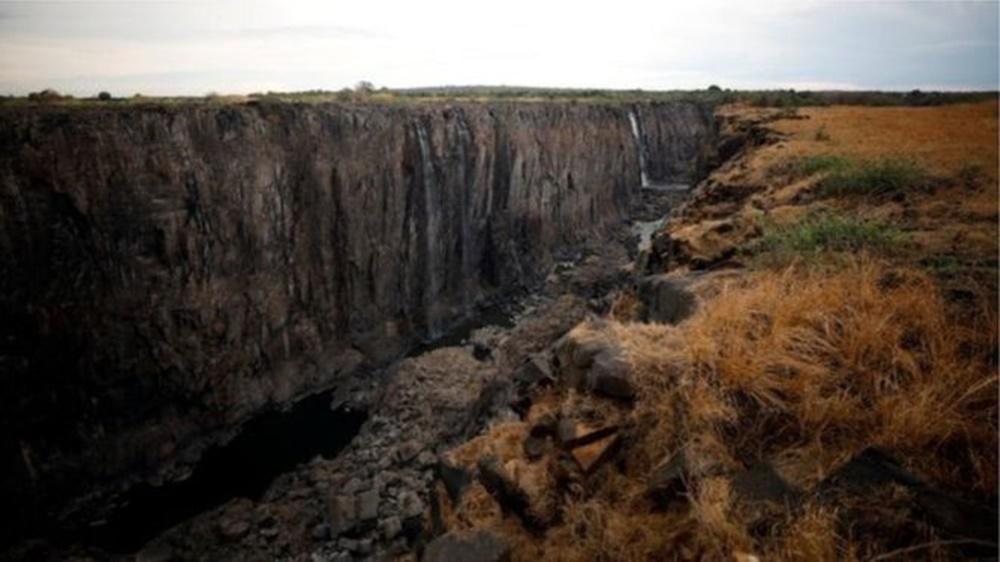 Ir para  <p><big>A cortina de &aacute;gua, localizada na fronteira entre a Z&acirc;mbia e o Zimb&aacute;bue, tem 1.708 metros de largura e altura que varia entre 90 e 107 metros. Os nativos da regi&atilde;o a batizaram como...