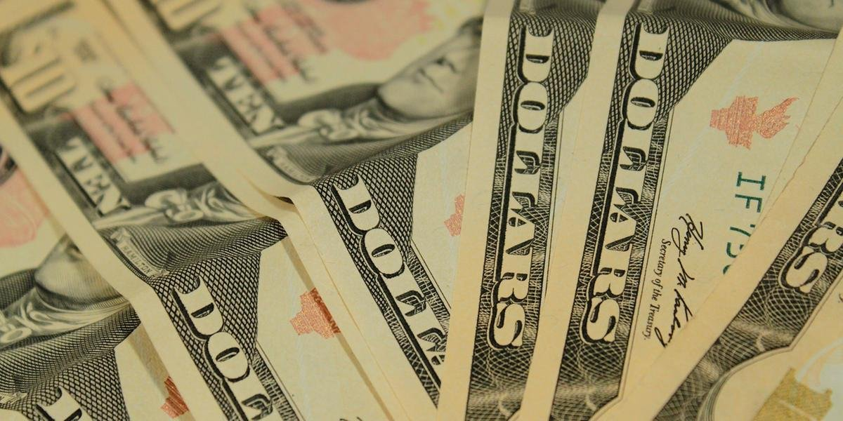Ir para  <p>Em um dia de otimismo no mercado financeiro, a moeda norte-americana fechou em seu menor n&iacute;vel em 52 dias. O d&oacute;lar comercial encerrou esta sexta-feira a R$ 4,05, com queda de R$ 0,017 (-0,42%). A moeda...