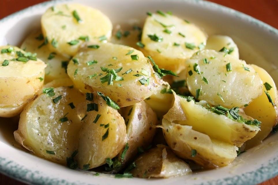 Ir para  <ul> <li>3 batatas cortada em cubos</li> <li>1 cebola picada</li> <li>suco de &frac12; lim&atilde;o</li> <li>&frac12; x&iacute;cara (ch&aacute;) de salsinha...