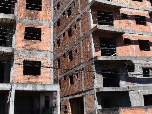Vereador denúncia abandono de prédios em construção em Erechim