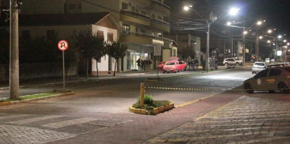 Ir para  <p>Uma tentativa de ataque a dois bancos localizados em Para&iacute;, na Serra, terminou com a morte de sete assaltantes na madrugada desta sexta-feira. Segundo informa&ccedil;&otilde;es da Record TV RS, a troca de tiros entre a...