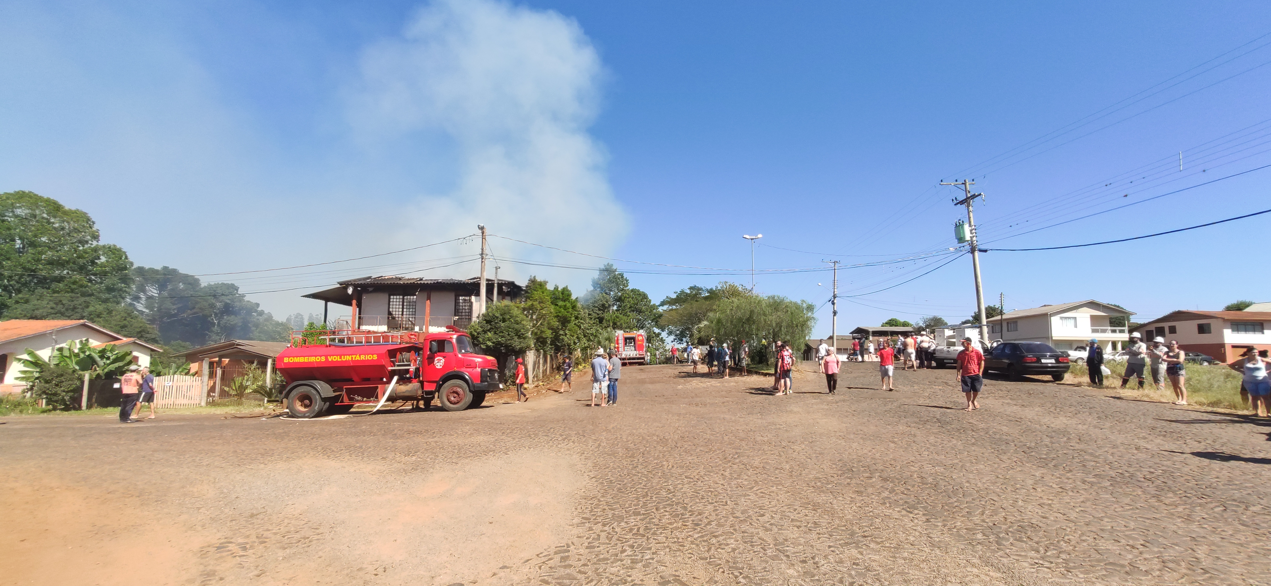 Ir para  <p>Na manh&atilde; desta quinta-feira, por volta das&nbsp;09h30min, uma casa foi atingida por inc&ecirc;ndio na esquina da Avenida Brasil com a Rua Baldissera, no centro de Viadutos. As chamas tiveram in&iacute;cio no andar...