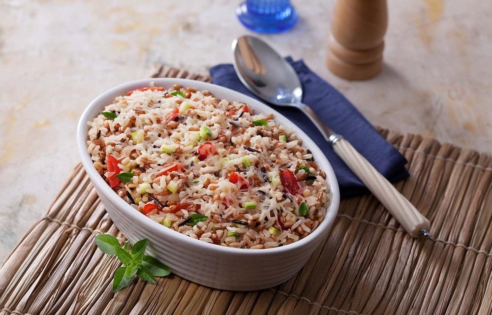 Ir para  <p>1 x&iacute;cara (ch&aacute;) de arroz lavado e escorrido</p>  <p>1 x&iacute;cara (ch&aacute;) de frango cozido e desfiado</p>  <p>2 tomates sem sementes, picados</p>  <p>meia...