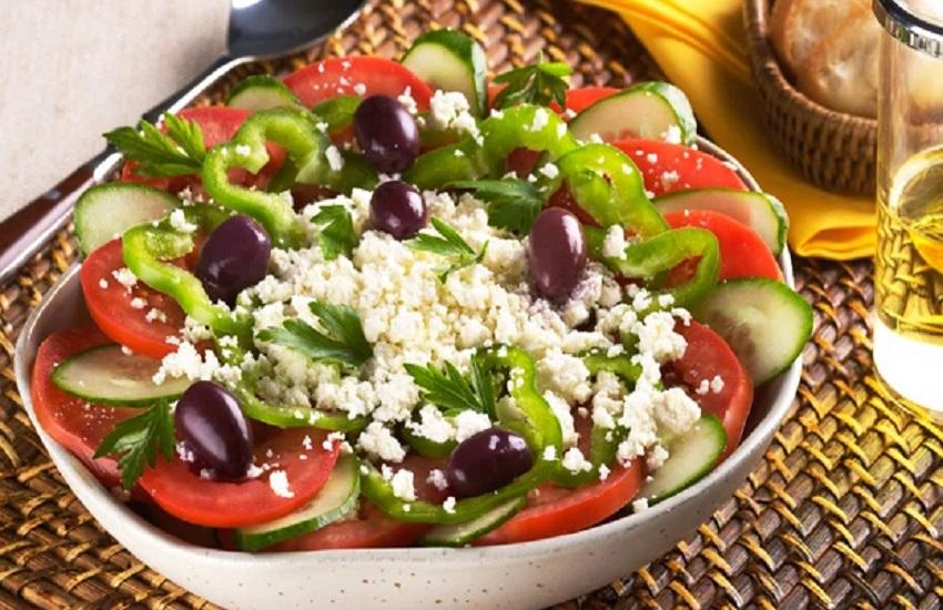 Ir para  <p>1 p&eacute; pequeno de alface lisa ou romana</p>  <p>2 tomates holandeses partidos em gomos</p>  <p>1 pepino caipira pequeno descascado e sem sementes</p>  <p>1 cebola roxa pequena em...