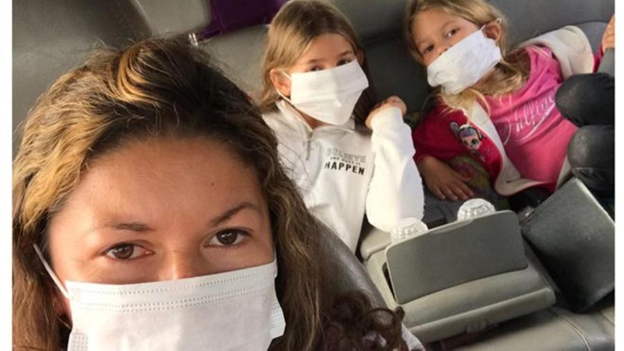 Ir para  <p><big>Em um dia, a brasileira Maria Vasconcelos, de 35 anos, estava conhecendo as maravilhas da cidade inca de Machu Picchu e o lago Titicaca, no Peru. No outro, estava trancada num quarto de hotel com o marido e as duas filhas...