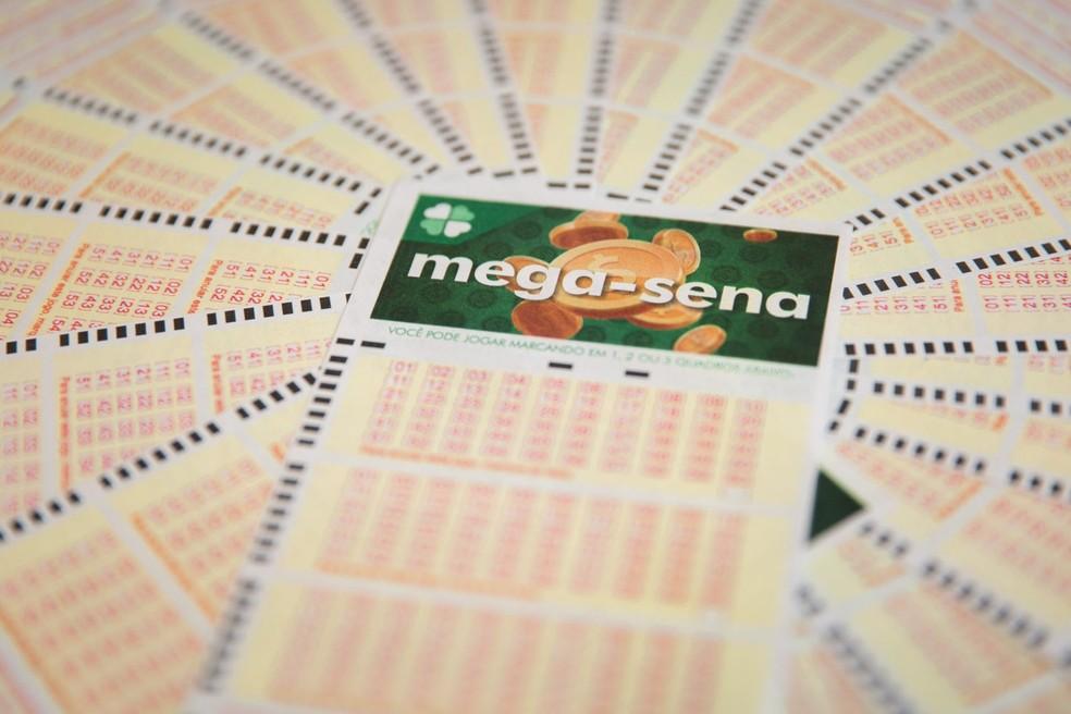 Ir para  <p>Ningu&eacute;m acertou as seis dezenas do concurso 2261 da Mega-Sena sorteado nesta quarta-feira. Com isso, o pr&ecirc;mio ficou acumulado pelo 13&ordm; concurso consecutivo e chegar&aacute; a R$ 100...
