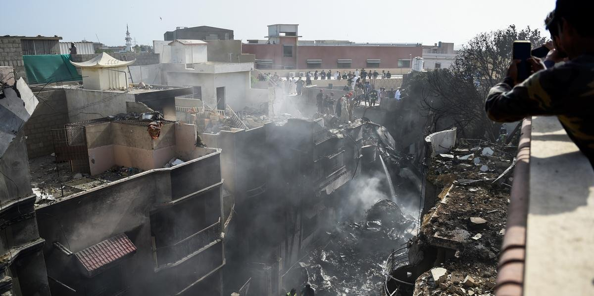 Queda de avião deixa 97 mortos no Paquistão.