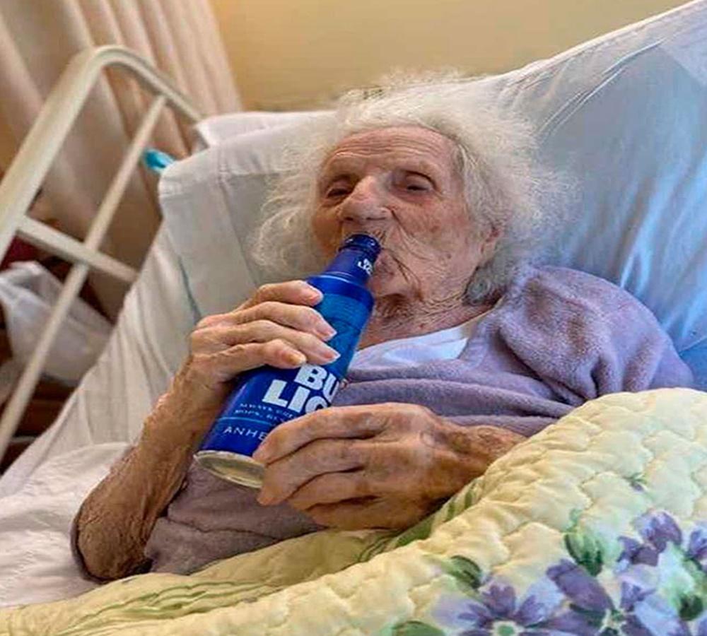 Ela venceu o coronavírus aos 103 anos e comemorou bebendo cerveja
