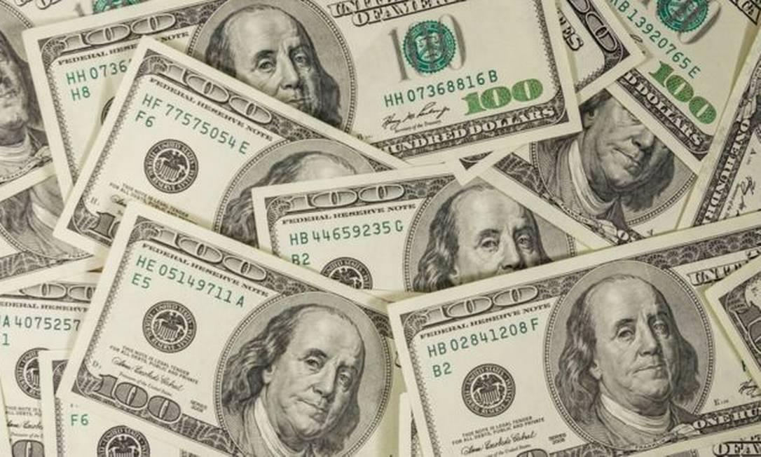 Dólar cai pela primeira vez em três sessões e fecha a R$ 5,425.