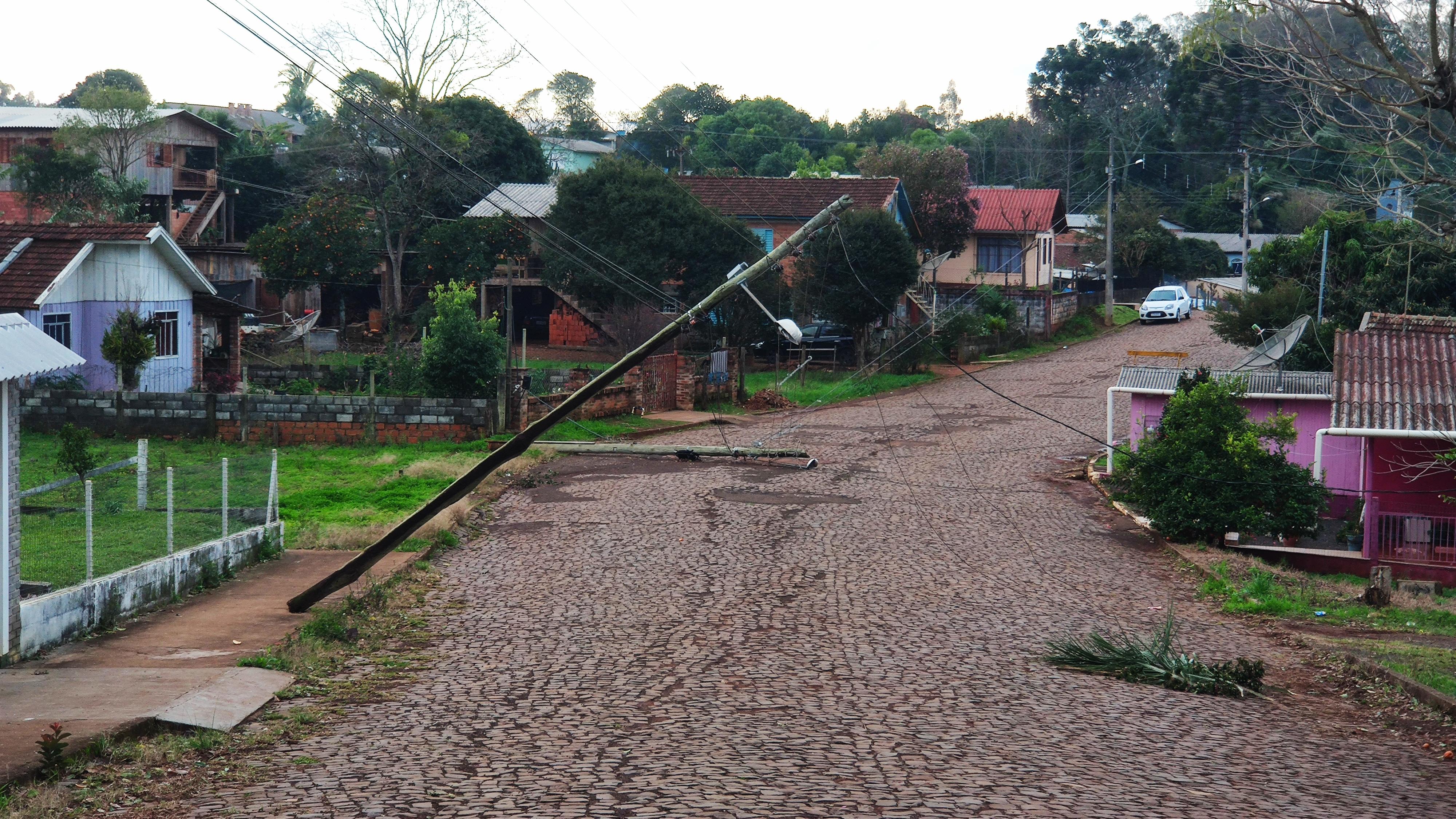 Postes caídos na Rua Antônio Tapia deixam moradores sem energia.
