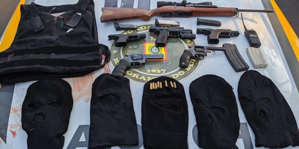 Ir para  <p>Cinco criminosos morreram ao confrontarem-se no final da madrugada desta quarta-feira com a tropa do 4&ordm; Batalh&atilde;o de Pol&iacute;cia de Choque da Brigada Militar na cidade de Caxias do Sul, na Serra. Os bandidos,...
