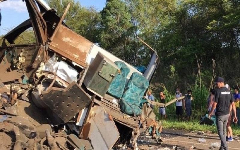 Acidente entre ônibus e caminhão deixa mais de 20 mortos no interior de SP.
