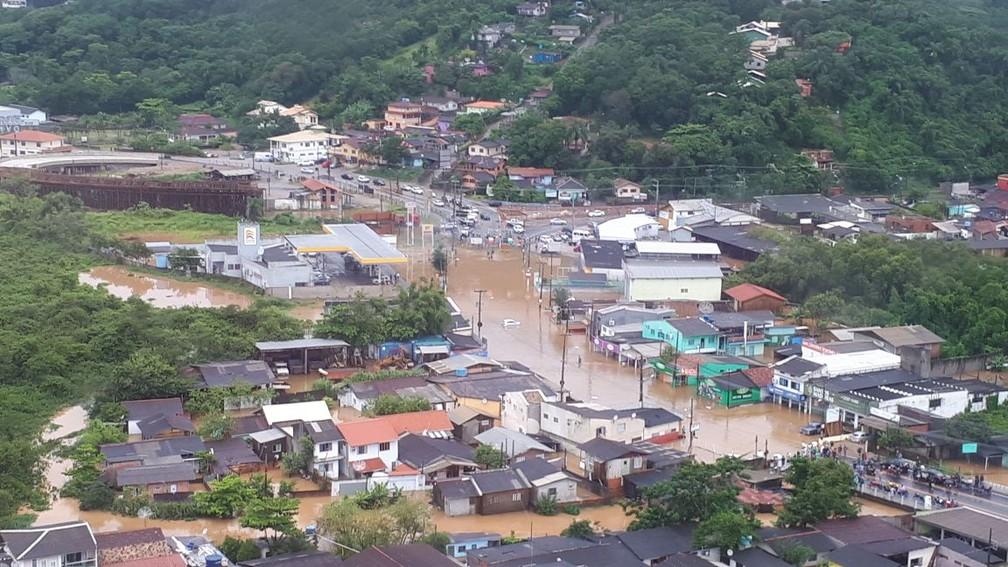 Ir para  <p>As fortes chuvas que atingiram diversas partes de Santa Catarina deixaram ao menos dez pessoas mortas e outras 20, desaparecidas. A informa&ccedil;&atilde;o foi confirmada nesta quinta-feira pela Defesa Civil do estado, segundo...