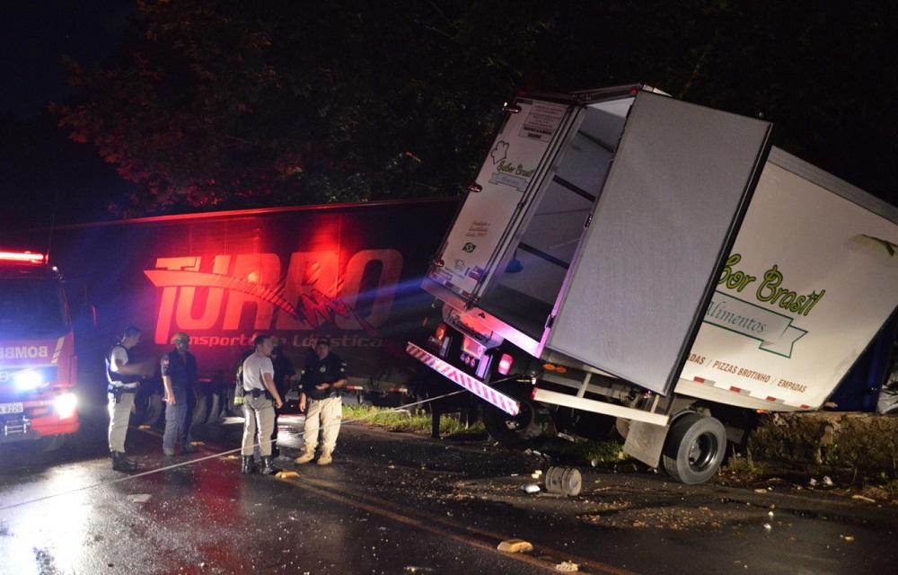 Acidente de trânsito entre dois caminhões deixa um morto na BR 116, em Dois Irmãos.