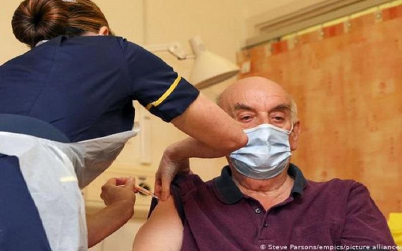 Ir para Reino Unido começa a aplicar a vacina AstraZeneca/Oxford contra a Covid-19.