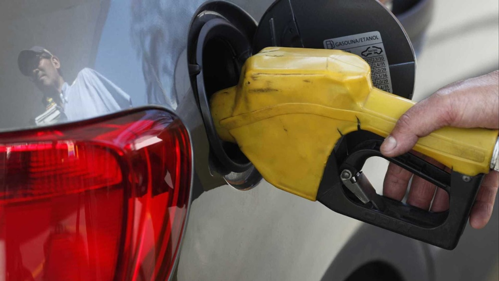 Ir para  <p><big>O pre&ccedil;o do litro da gasolina nas refinarias sobe 10,2% (R$ 2,48); o diesel vai a 15,2% (R$ 2,58). As medidas valem a partir de meia-noite de sexta-feira (19).</big></p>  <p><big>Em...