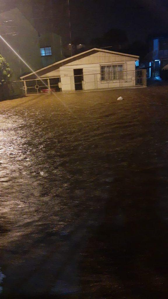 Ir para  <p><big>Um temporal com chuva extrema em curto per&iacute;odo provocou muitos transtornos no come&ccedil;o da noite da segunda-feira (1) em Lagoa Vermelha, nos Campos de Cima da...