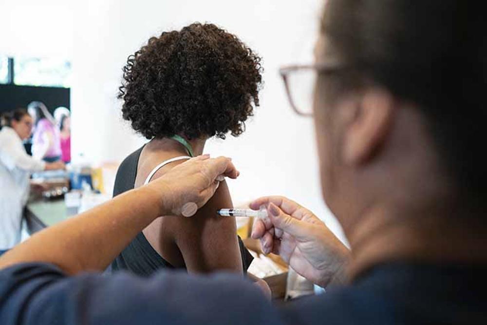 Ir para  <p><big>O estudo est&aacute; sendo realizado em parceria com o Instituto de Ci&ecirc;ncias Biom&eacute;dicas da Universidade de S&atilde;o Paulo (ICB-USP), e incluiu as amostras de 35 participantes vacinados na Fase 3...