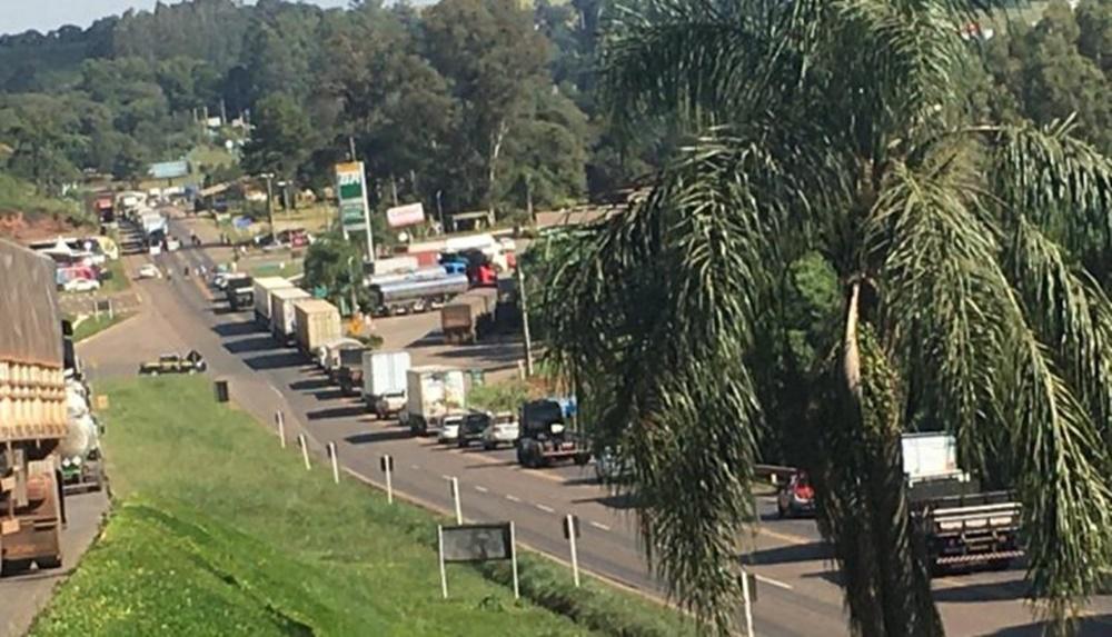 Ir para  <p><big>A interdi&ccedil;&atilde;o programada pelos caminhoneiros na tarde desta segunda-feira (15), est&aacute; ocorrendo nas proximidades do Posto Lando, sa&iacute;da para Get&uacute;lio...