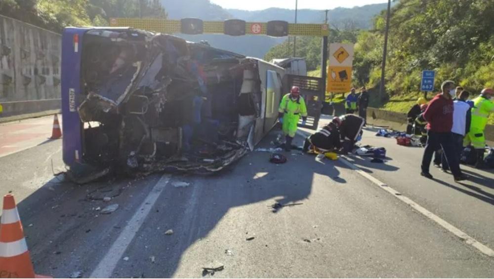 Ir para  <p><big>Um grave acidente entre um &ocirc;nibus e outros dois ve&iacute;culos deixou mais de 20 pessoas feridas e pelo menos duas mortas na manh&atilde; desta quinta-feira (8). O acidente aconteceu por volta das 8h na...