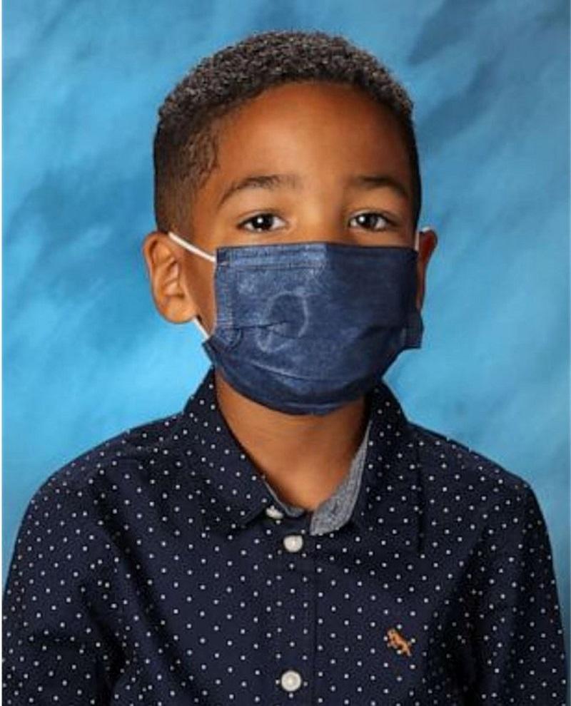 Ir para Menino se recusa a tirar máscara para fotografia de escola e recebe recompensa pela boa conduta, nos EUA